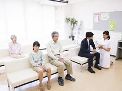 待合で患者さんに靴を脱いでもらうか下足のままかで悩んでいます。
